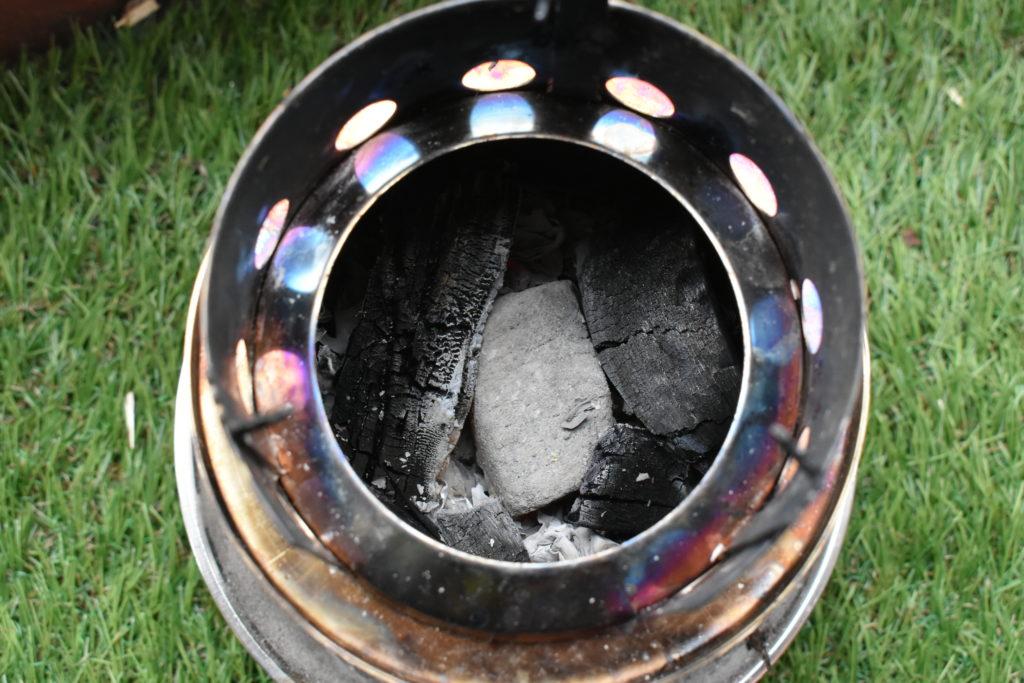炭を入れたストーブ