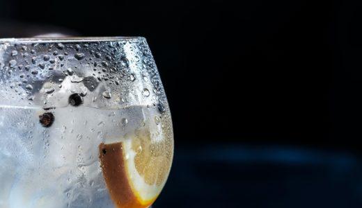 グラスの水滴を見ると拭きたくなり、その水分で顔を拭くという行動について考える